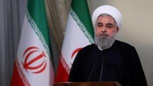 الرئيس الإيراني حسن روحاني أثناء إلقائه خطابا عبر التلفزيون الرسمي في طهران في 8 أيار 2018