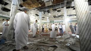 Des habitants de Koudeih dans la mosquée où un attentat a été commis à l'heure de la prière, vendredi 22 mai 2015.