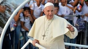 Le pape François salue la foule à Panama City, le 23janvier2019.