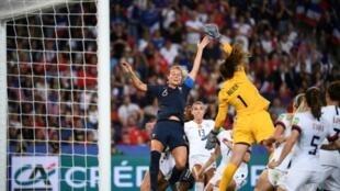 Duel aérien entre la capitaine des Bleues Amandine Henry et la gardienne US Alyssa Naeher en quarts de finale du Mondial, le 28 juin 2019 au Parc des Princes