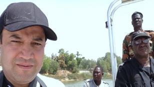 صورة لصحافي قناة فرانس24 عادل قسطل خلال إنجاز التحقيق في تشاد