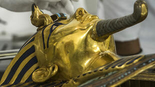 Des spécialistes allemands travaillent sur la restauration du masque de Toutankhamon au musée du Caire, le 20 octobre 2015.