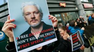 Varias personas protestan frente a la embajada británica para pedir la liberación de Julian Assange, fundador de WikiLeaks, en Bruselas, Bélgica, el 29 de abril de 2019.