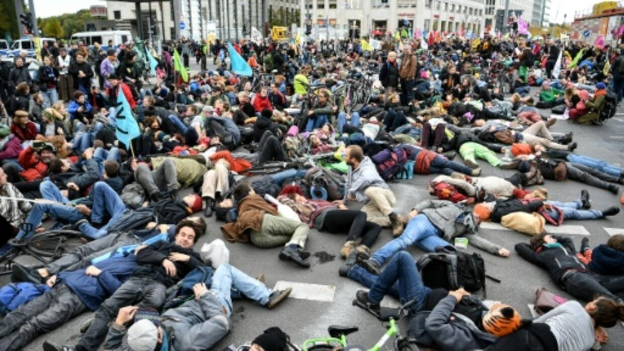 Extinction Rebellion trains Berliners in civil disobedience