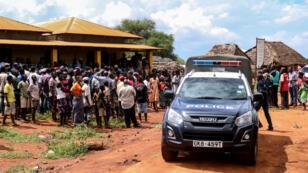 Un véhicule de police après l'enlèvement d'une bénévole italienne dans un village au sud-est du Kenya, le 21 novembre 2018.