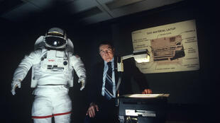 Un représentant de la NASA présente une combinaison spatiale en 1982.