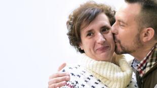 Teresa Romero et son époux lors de sa sortie de l'hôpital Carlos III de Madrid, le 5 novembre.