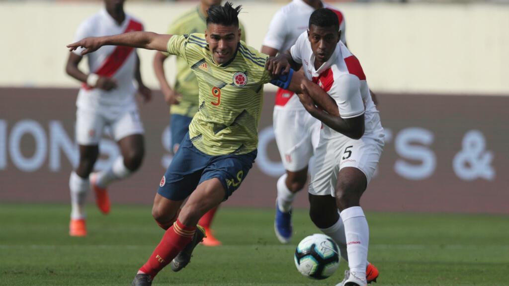 Falcao disputa la pelota durante el encuentro amistoso que le ganó a Perú 3-0 como visitante previo a la Copa América 2019, en el Estadio monumental, Lima, Perú, el 9 de junio de 2019.
