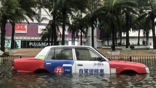 Un taxi à Hong Kong submergé après le passage du super typhon Mangkhut dimanche.