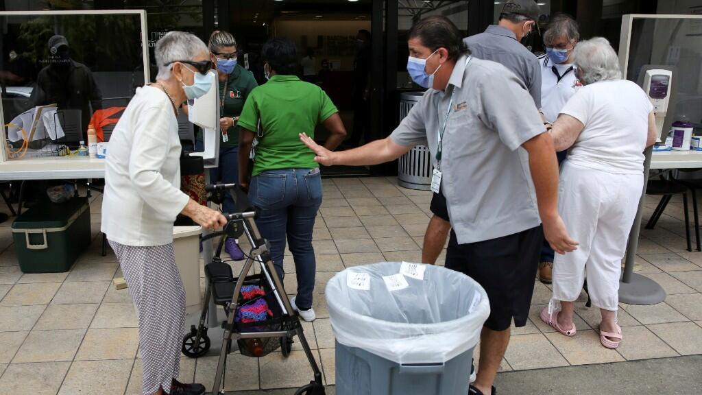 Varias personas están aguardando en la fila para poder ser revisadas y comprobar si padecen coronavirus o no. En Miami, Florida, Estados Unidos. El 18 de junio de 2020.
