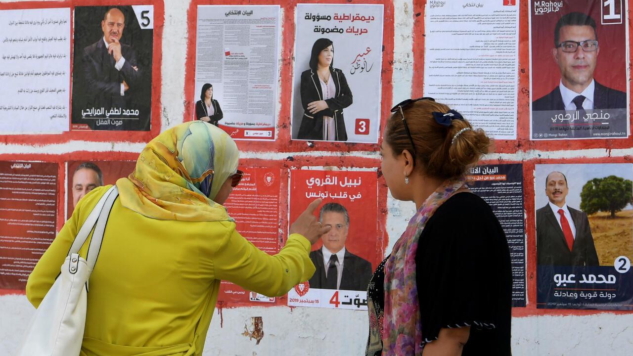 Des électrices tunisiennes devant les affiches de campagne des candidats à l'élection présidentielle, le 2 septembre 2019.