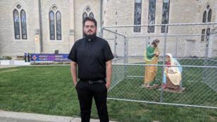 Le révérend Lee Curtis devant son Église.