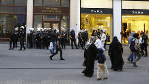 Des policiers armés attendent les manifestants pro-kurdes, le 10 octobre, avenue Istiklal, artère commerçante d'Istanbul.