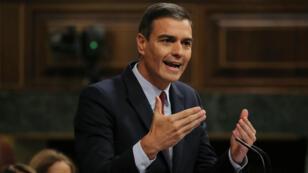 El líder socialista Pedro Sánchez interviene en la sesión de investidura en el Congreso español, en Madrid, el 22 de julio de 2019.
