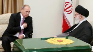 Le président Vladimir Poutine et le guide suprême iranien, l'ayatollah Ali Khamenei, le 23 novembre 2015, à Téhéran.