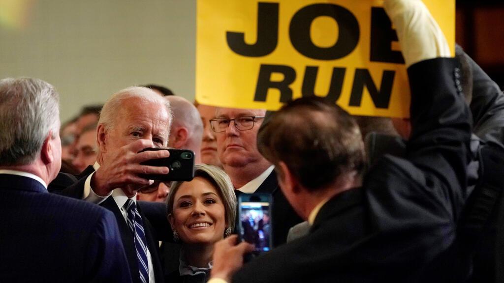 El ex vicepresidente Joe Biden posa para una foto después de dirigirse a la Asociación Internacional de Bomberos en Washington, EE. UU., el 12 de marzo de 2019.