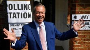 Nigel Farage à la sortie d'un bureau de vote de Bigin Hill, dans le sud-est de l'Angleterre, le 26mai2019.
