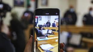 """سيدة تستخدم هاتفها الذكي للتصوير في قاعة محكمة نابلس الابتدائية في مدينة نابلس في الضفة الغربية المحتلة في 21 شباط/فبراير 2021 إذ قضت المحكمة ببطلان """"وعد بلفور"""""""