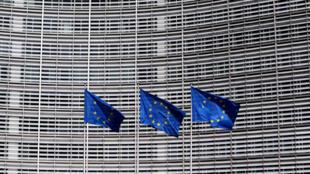Des drapeaux européens devant le siège de la Commission européenne, à Bruxelles.