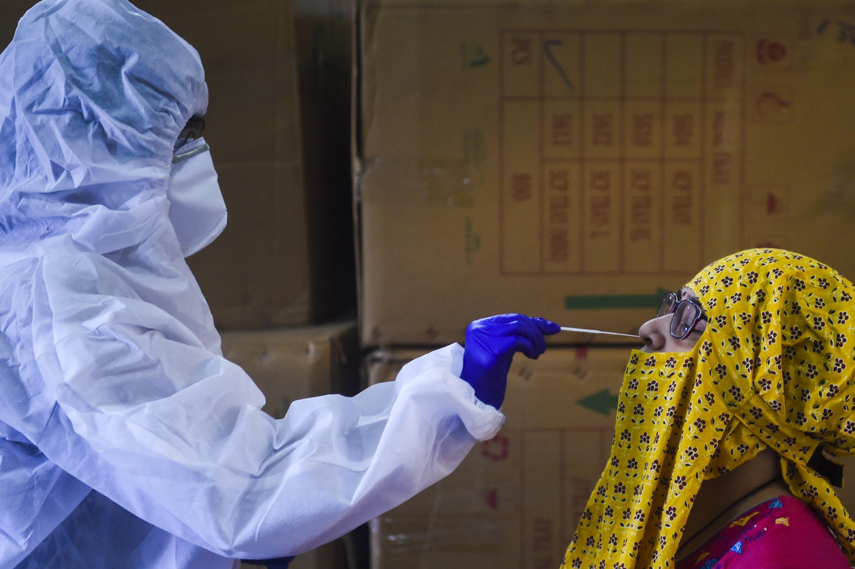 Personal médico toma una muestra a una persona para realizar una prueba de detección del coronavirus, el 7 de septiembre de 2020 en la ciudad india de Bombay.