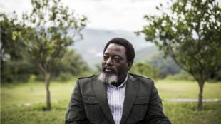 Le président de la République démocratique du Congo, Joseph Kabila, assis dans un jardin de son ranch personnel à Kinshasa.
