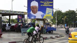Une affiche de campagne d'Abdoulaye Wade, le 9 juin 2017, à Dakar.