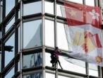 """Du haut d'un gratte-ciel à Hong Kong, le """"Spiderman"""" français lance un message de paix"""