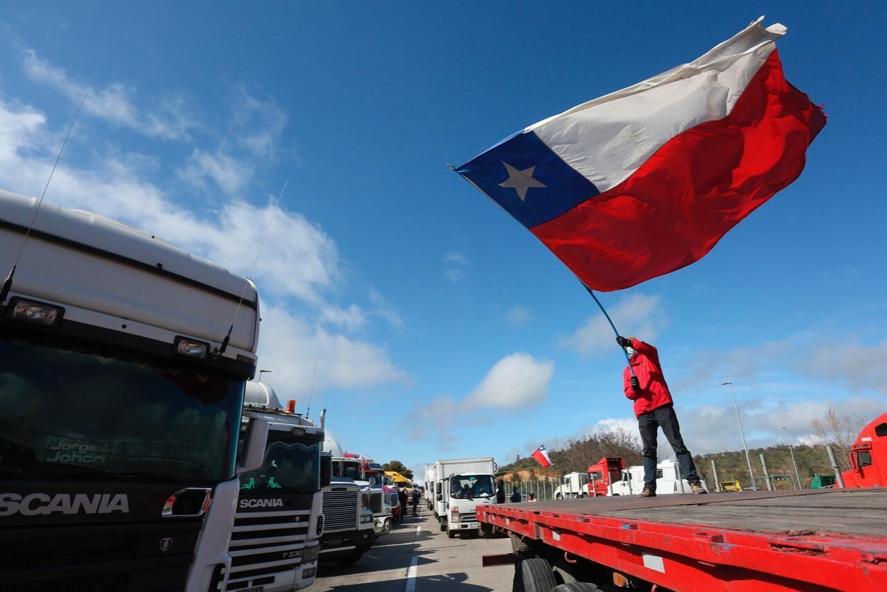 Decenas de camioneros protestan en la ruta que une las ciudades de Santiago y Valparaíso, Chile, el 27 de agosto de 2020.