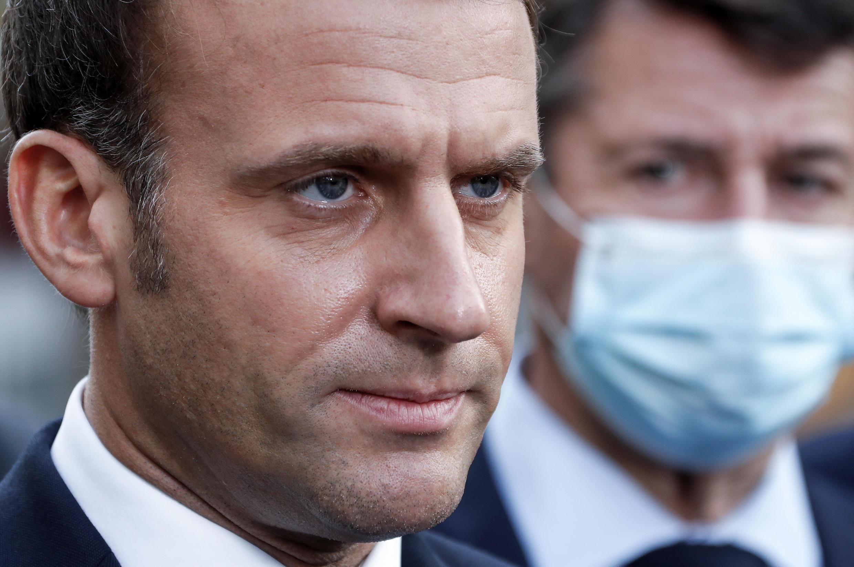 Emmanuel Macron (G) s'adresse à la presse à côté du maire de Nice Christian Estrosi (D) après l'attaque au couteau dans une basilique de la ville, le 29 octobre 2020 à Nice