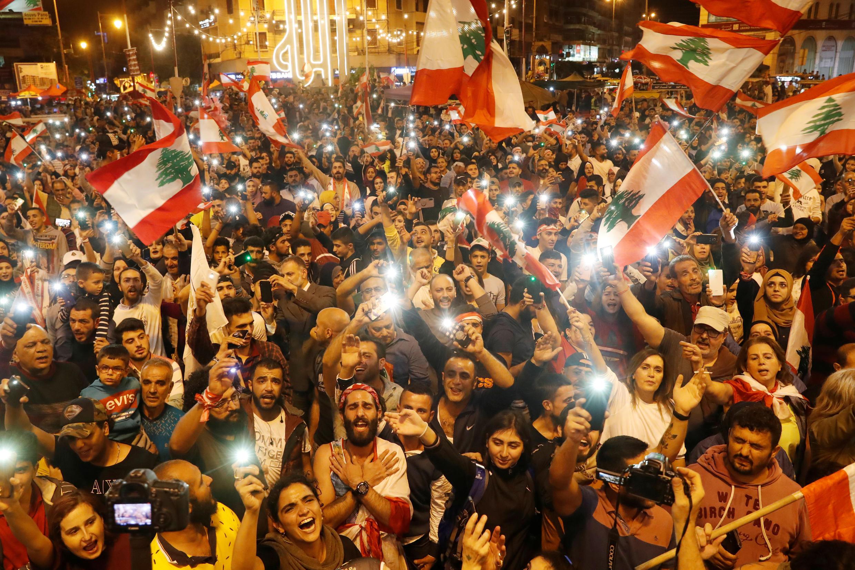 المتظاهرون يهتفون خلال احتجاجات ليلية في طرابلس، لبنان، 2 نوفمبر تشرين الثاني 2019.