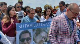 Familiares del equipo periodístico ecuatoriano secuestrado y posteriormente asesinado esperan la llegada de cuerpos el viernes 22 de junio de 2018.