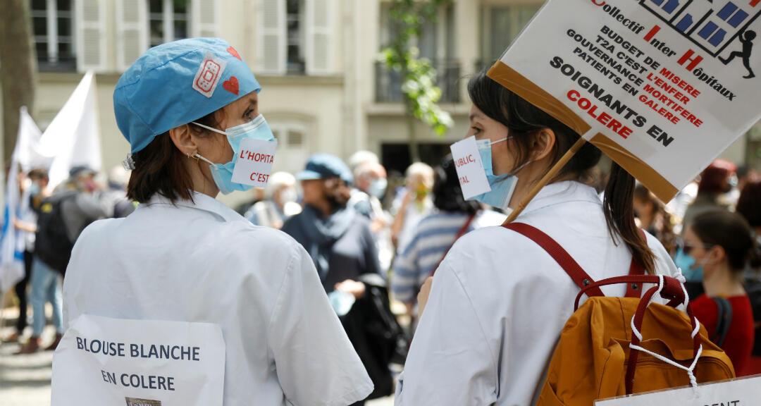 Trabajadoras de salud franceses asisten a una protesta pacífica en París como parte de una jornada nacional para instar al Gobierno a mejorar los salarios e invertir en hospitales públicos, a raíz de la crisis de la enfermedad por coronavirus. París, Francia el 16 de junio de 2020.