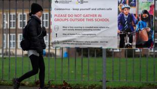 Message de prévention contre le coronavirus affiché devant une école de Londres, le 29 décembre 2020.