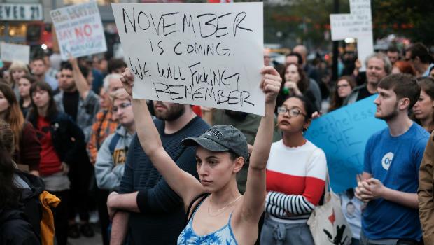 Activistas del movimiento #Metoo protestan en oposición al nominado a la Corte Suprema de EE. UU. Brett Kavanaugh y en apoyo a Christine Blasey Ford, la profesora que acusó a Kavanaugh de agresión sexual en 1982, en la ciudad de Nueva York, EE. UU., el 6 de octubre de 2018.