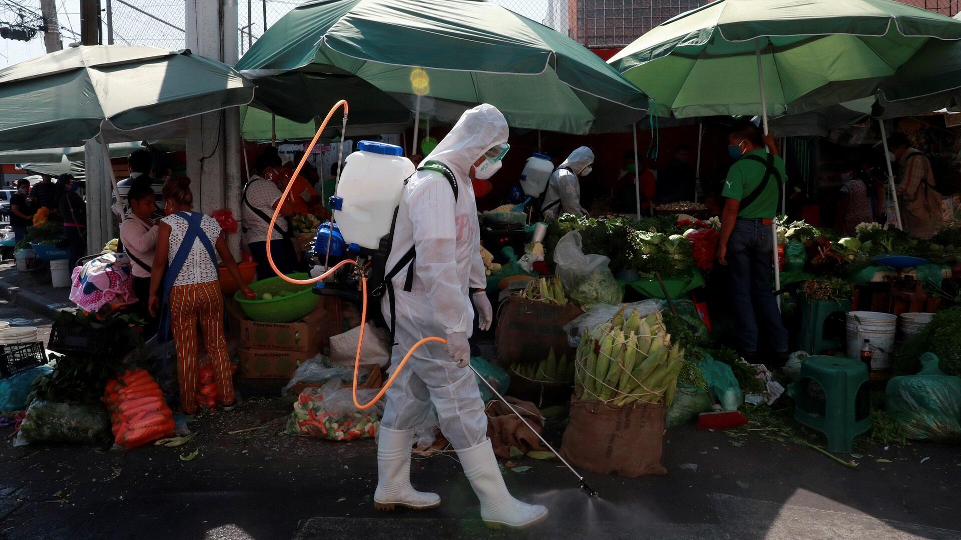 Un empleado municipal, que usa equipo de protección, desinfecta el exterior del mercado local, mientras continúa el brote de la enfermedad por coronavirus en Xochimilco, Ciudad de México, México, 5 de mayo de 2020.