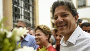 La expresidenta brasileña, Dilma Rousseff, y el candidato presidencial del Partido de los Trabajadores de Brasil, Fernando Haddad, durante la campaña frente al Museo de la Incertidumbre en Ouro Preto, en el estado de Minas Gerais, Brasil, el 21 de septiembre de 2018.