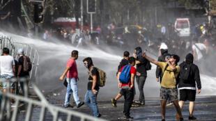 مواجهات بين طلاب وشرطة مكافحة الشغب في العاصمة التشيلية، 11 مارس/آذار 2020