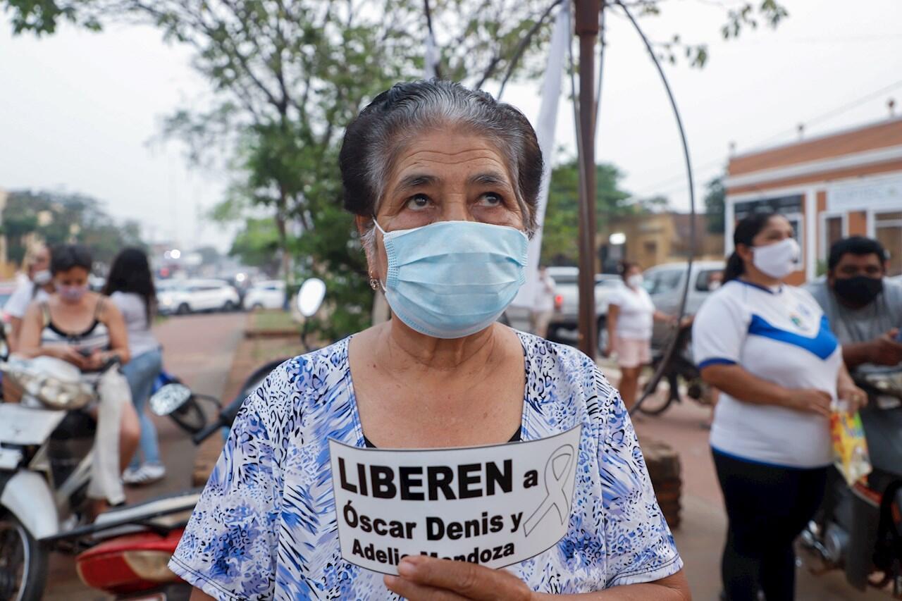 Decenas de personas participan en una movilización hoy, en Concepción (Paraguay).