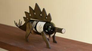 On aurait presque envie de ne jamais ouvrir cette bouteille pour qu'elle reste dans son dinosaure en bois.