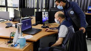 مهندسون يعملون في مصنع بالدار البيضاء بعد تفشي فيروس كورونا، في الدار البيضاء، المغرب، 10 أبريل/ نيسان 2020