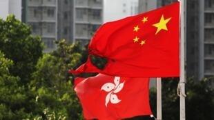 Bandera nacional de China quemada en el distrito de Wong Tai Sin durante una protesta antigubernamental en Hong Kong, el 13 de octubre de 2019.