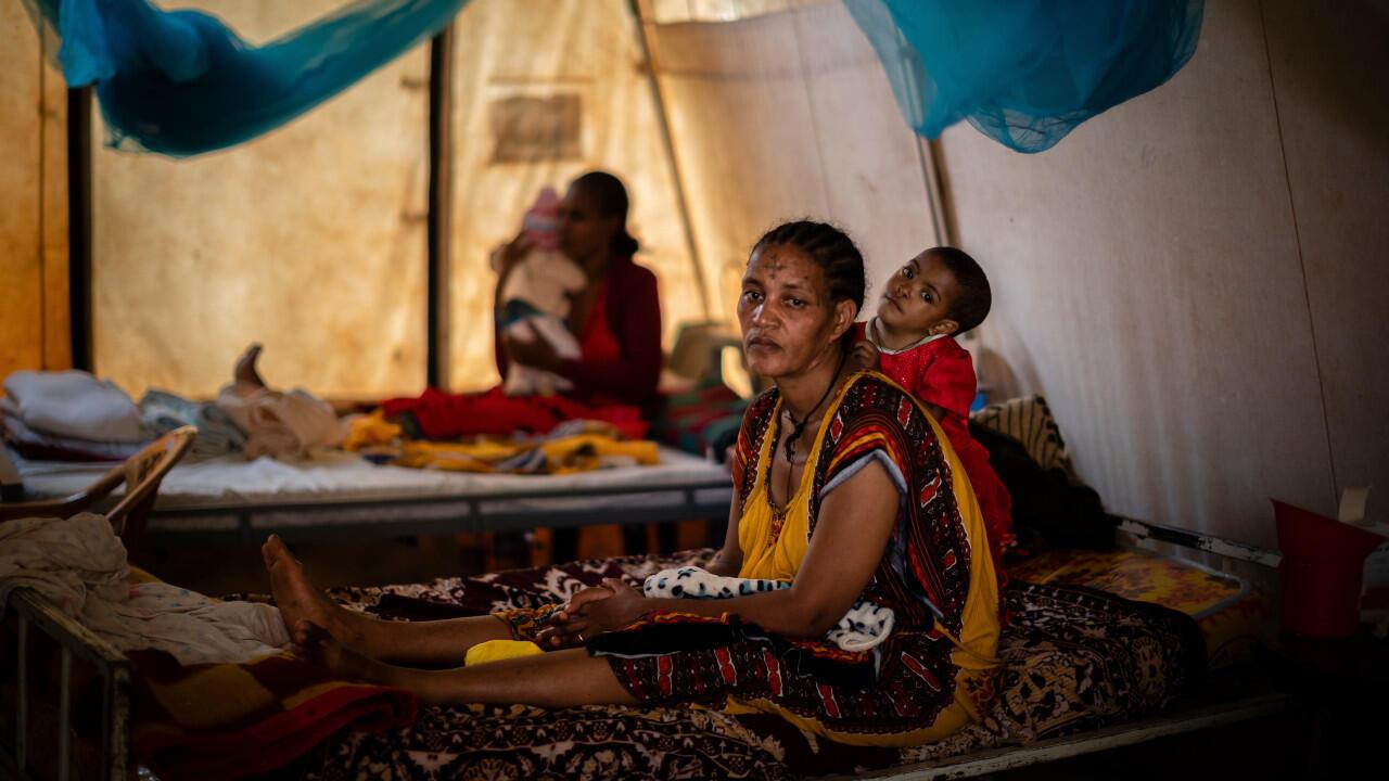 Une mère et sa fille âgée de 22 mois, souffrant de malnutrition, photographiées dans une clinique de la ville d'Abi Adi, dans la région du Tigré, le 11 mai 2021.