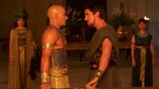 Le film dresse le portrait d'un Moïse agnostique au départ, élevé comme frère de lait du fils du pharaon puis rejeté lorsque sa véritable identité --fils d'Hébreux-- est révélée.