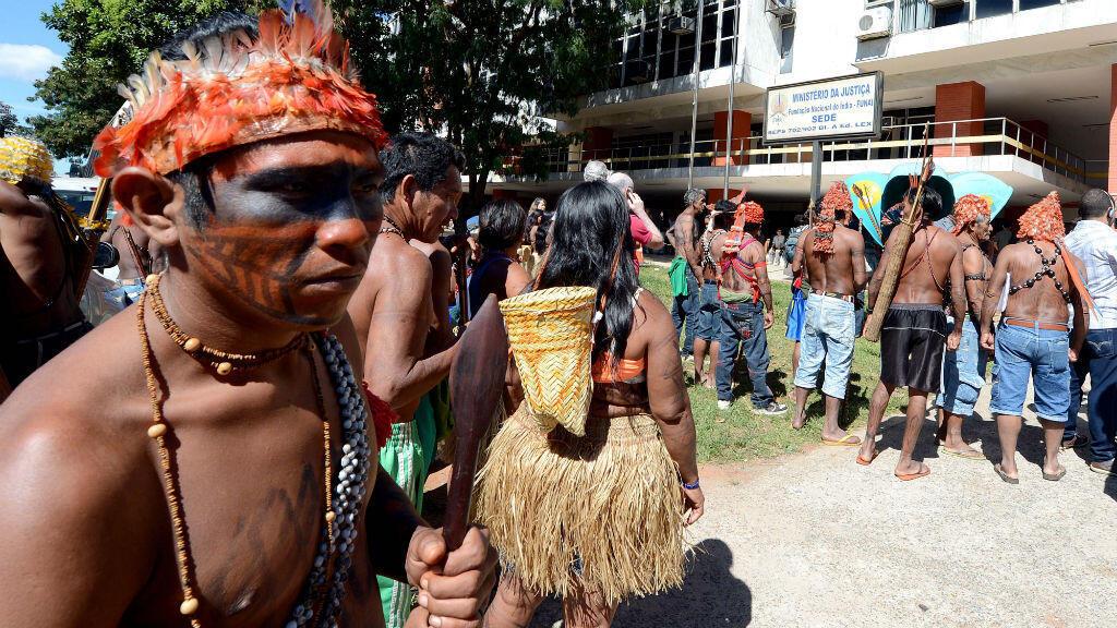 Des Indiens brésiliens Munduruku manifestent devant le quartier général de la Funai à Brasilia, le 11 juin 2013.