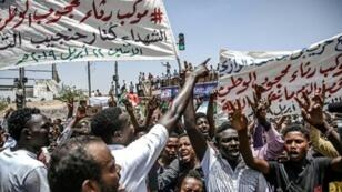 متظاهرون سودانيون خارج مقر القيادة العامة للقوات المسلحة في الخرطوم. 21 أبريل/نيسان 2019.