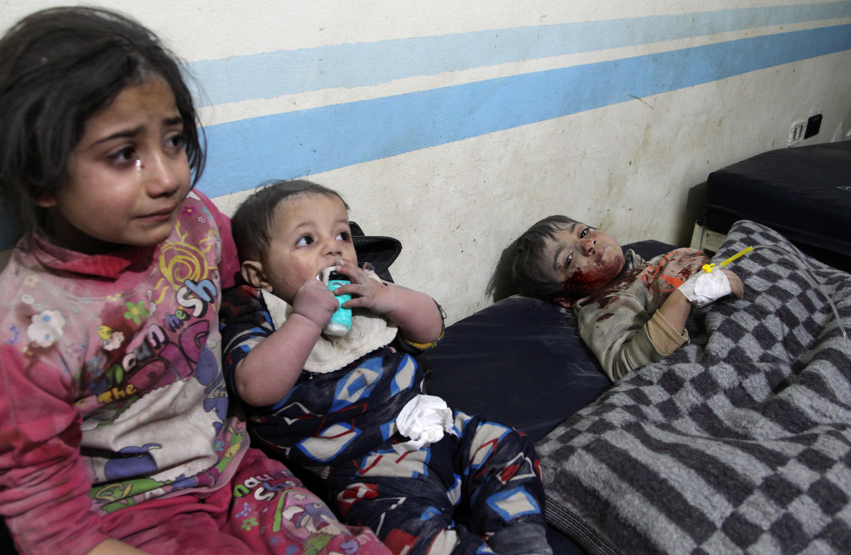 Niños sirios heridos reciben tratamiento en un hospital improvisado luego de un ataque aéreo reportado en el área industrial de Idlib, en el norte de Siria, el 11 de febrero de 2020.