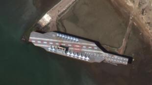صورة التقطت عبر الأقمار الاصطناعية وزعتها شركة ماكسار للتكنولوجيا تظهر نموذج حاملة الطائرات أثناء تحضيره في ميناء بندر عباس بتاريخ 15 شباط/فبراير 2020