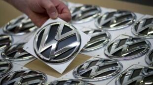 Volkswagen est accusé d'avoir équipé près de 500000véhicules aux États-Unis d'un mécanisme pour duper les tests d'émission de gaz polluants