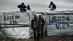 Le démantèlement de la zone sud du camp de migrants de Calais s'est poursuivi, pour la deuxième journée consécutive, mardi 1er mars 2016.