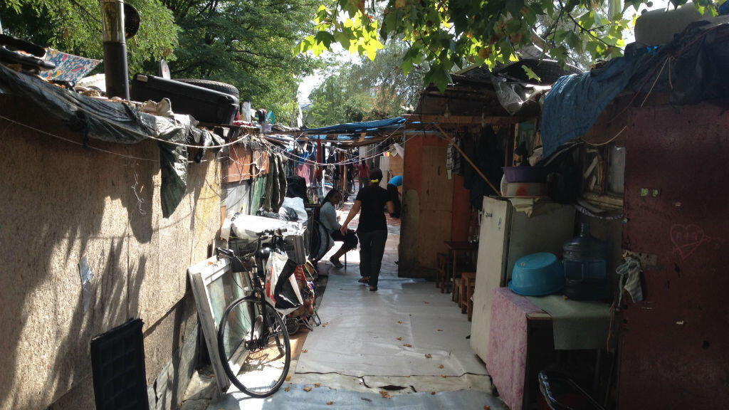 Dans ce dédale d'habitations de fortune à La Courneuve, en région parisienne, cohabitent quelque 300 personnes.